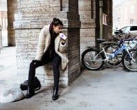 Adolescente bastante elegante de los jóvenes afuera en la pared de la ciudad con el graf Fotos de archivo libres de regalías