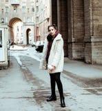 Adolescente bastante elegante de los jóvenes afuera en la suposición f de la calle de la ciudad Foto de archivo libre de regalías