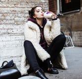 Adolescente bastante elegante de los jóvenes afuera en la suposición f de la calle de la ciudad Fotos de archivo
