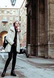 Adolescente bastante elegante de los jóvenes afuera en la suposición f de la calle de la ciudad Imagen de archivo
