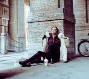 Adolescente bastante elegante de los jóvenes afuera en la suposición f de la calle de la ciudad Foto de archivo
