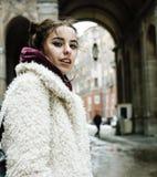 Adolescente bastante elegante de los jóvenes afuera en la suposición f de la calle de la ciudad Imágenes de archivo libres de regalías