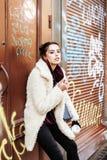 Adolescente bastante elegante de los jóvenes afuera en pared de la ciudad con el graf Foto de archivo libre de regalías