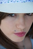 Adolescente bastante griego que lleva un sombrero con la cara seria Imagen de archivo