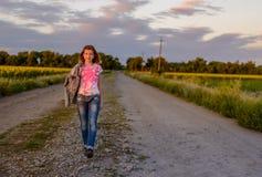 Adolescente bastante joven en una carretera nacional Fotografía de archivo