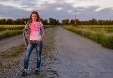 Adolescente bastante joven en una carretera nacional Imagen de archivo libre de regalías