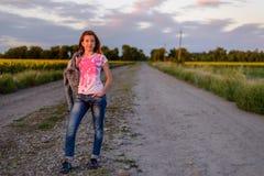 Adolescente bastante joven en una carretera nacional Fotografía de archivo libre de regalías