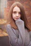 Adolescente bastante joven que amontona en su puente Fotografía de archivo