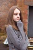 Adolescente bastante joven que amontona en su puente en un ambiente urbano Fotos de archivo libres de regalías