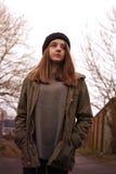 Adolescente bastante joven que camina en un ambiente urbano Fotos de archivo libres de regalías
