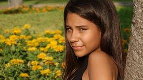 Adolescente bastante peruano en prado Imágenes de archivo libres de regalías