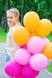 Adolescente bastante rubio con los globos Imagen de archivo