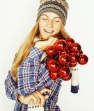 Adolescente bastante rubio de los jóvenes en sombrero y bufanda del invierno en blanco Imagenes de archivo