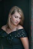 Adolescente bastante rubio en una alineada negra Foto de archivo libre de regalías