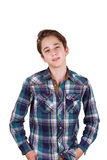 Adolescente bello che guarda davanti ai suoi occhi, isolati su bianco Immagine Stock