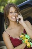 Adolescente bien vestido que usa el teléfono celular afuera Fotografía de archivo libre de regalías