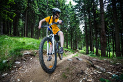 Adolescente biking en rastros del bosque Imagen de archivo libre de regalías