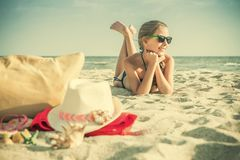 Adolescente blanco de la muchacha que descansa sobre la playa Imagen de archivo libre de regalías