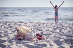 Adolescente blanco de la muchacha que descansa sobre la playa Fotos de archivo