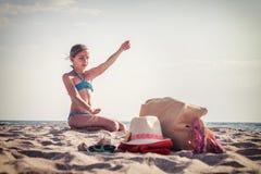 Adolescente blanco de la muchacha que descansa sobre la playa Imágenes de archivo libres de regalías