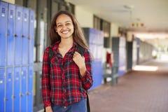 Adolescente blanco feliz que sonríe en pasillo de la High School secundaria Foto de archivo libre de regalías