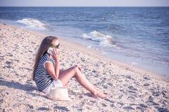 Adolescente blanco que habla en el teléfono Foto de archivo