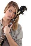 Adolescente blonde posant avec la guitare Photographie stock