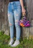 Adolescente in blue jeans sfilacciate fotografia stock