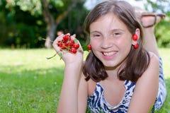 Adolescente bonito al aire libre con la cereza Fotografía de archivo libre de regalías
