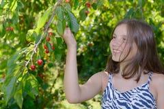 Adolescente bonito al aire libre con la cereza Fotografía de archivo