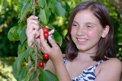 Adolescente bonito al aire libre con la cereza Imagenes de archivo