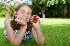 Adolescente bonito al aire libre con la cereza Foto de archivo