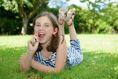 Adolescente bonito al aire libre con la cereza Imágenes de archivo libres de regalías