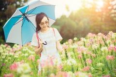 Adolescente bonito aprecia andar no parque do verde do campo de flor exterior fotos de stock royalty free