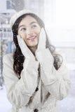 Adolescente bonito con el abrigo de invierno en la ciudad Imagen de archivo libre de regalías