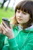 Adolescente bonito con el ayudante digital Imágenes de archivo libres de regalías