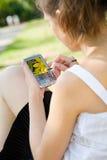 Adolescente bonito con el dispositivo auxiliar digital Fotografía de archivo