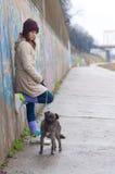 Adolescente bonito con el perro en día de invierno nublado Fotografía de archivo