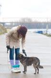 Adolescente bonito con el perro en día de invierno nublado Fotos de archivo