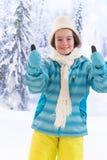 Adolescente bonito con la capa azul en invierno Foto de archivo libre de regalías