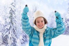 Adolescente bonito con la capa azul en invierno Imagen de archivo libre de regalías