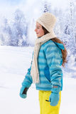 Adolescente bonito con la capa azul en invierno Fotografía de archivo