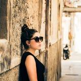 Adolescente bonito con las gafas de sol Fotos de archivo libres de regalías