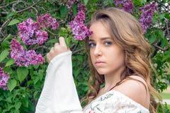 Adolescente bonito con las lilas imágenes de archivo libres de regalías