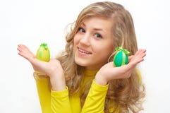 Adolescente bonito con los huevos de Pascua adornados Imagen de archivo