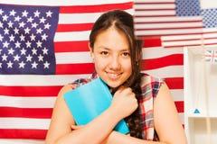 Adolescente bonito con los libros que estudia inglés Imágenes de archivo libres de regalías