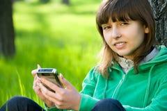 Adolescente bonito con smartphone Fotos de archivo