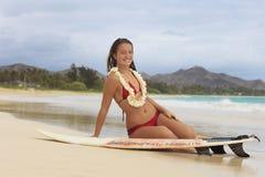 Adolescente bonito con su tabla hawaiana Fotos de archivo