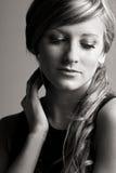 Adolescente bonito contra gris Imagen de archivo libre de regalías