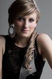 Adolescente bonito contra gris Fotos de archivo